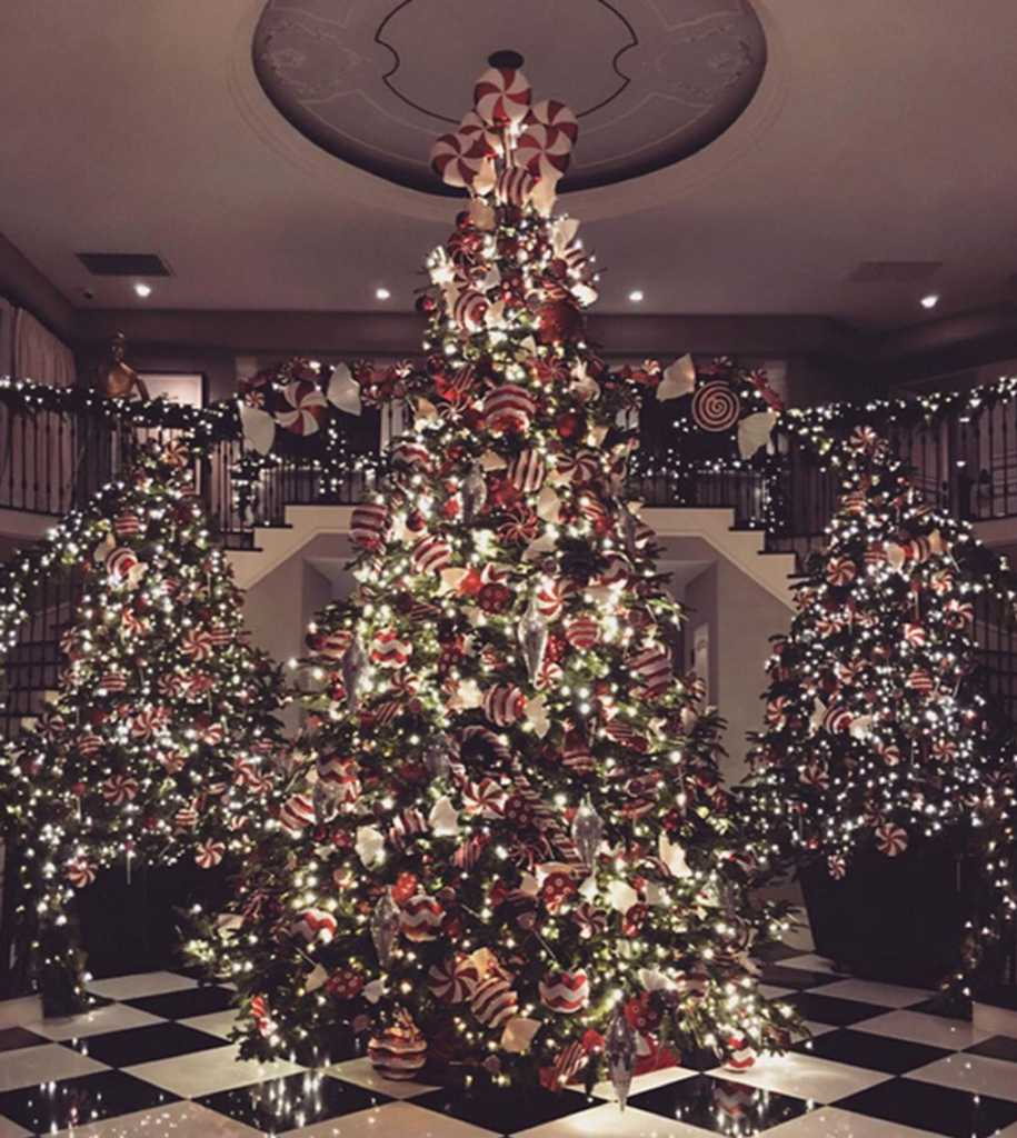 Kris Jenner has decorated her Christmas tree in the most Kris Jenner ...