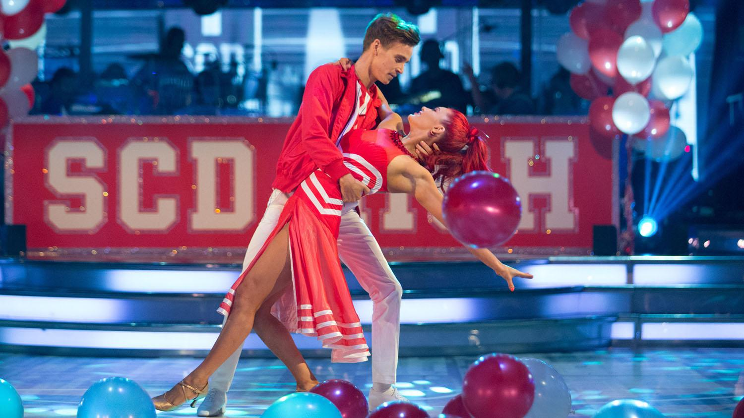 Strictly: Seann and Katya kept apart by guitar… but string out survival